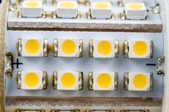 Elektronisk ljusdiod på ett elektroniskt bräde Moderna vägar av belysning Arkivbild