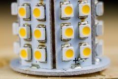 Elektronisk ljusdiod på ett elektroniskt bräde Moderna vägar av belysning Royaltyfri Foto