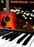 Elektronisk pianotangentbord och gitarr Royaltyfri Bild