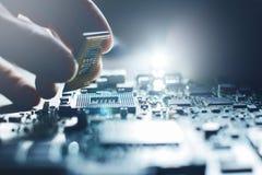 Elektronisk tekniker Maskinvara för underhållsdatorCPU Arkivbilder