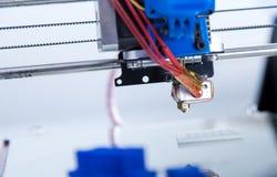 Elektronisk tredimensionell plast- skrivare under arbete, skrivare 3D Royaltyfri Foto