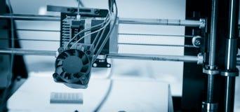 Elektronisk tredimensionell plast- skrivare under arbete, 3D skrivare, printing 3D Arkivbild