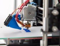 Elektronisk tredimensionell plast- skrivare under arbete, 3D som skrivar ut Arkivbild
