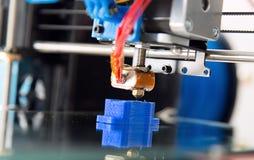 Elektronisk tredimensionell plast- skrivare under arbete, 3D som skrivar ut Arkivbilder
