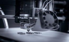 Elektronisk tredimensionell plast- skrivare under arbete, 3D som skrivar ut Arkivfoton