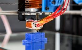 Elektronisk tredimensionell plast- skrivare under arbete, 3D som skrivar ut Royaltyfri Bild
