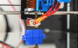 Elektronisk tredimensionell plast- skrivare under arbete, 3D som skrivar ut Arkivfoto