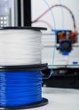 Elektronisk tredimensionell plast- skrivare under arbete, 3D som skrivar ut Royaltyfri Foto