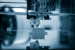 Elektronisk tredimensionell plast- skrivare under arbete, 3D som skrivar ut Fotografering för Bildbyråer
