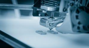 Elektronisk tredimensionell plast- skrivare under arbete, printing 3D Arkivfoto