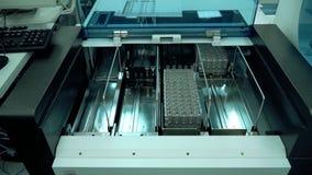 Elektronisk utrustning i det nya kemiska laboratoriumet r lager videofilmer