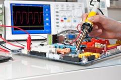Elektronisk utrustning som reparerar i servicemitt Arkivfoto
