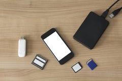Elektroniska apparater på ett skrivbord Arkivbild