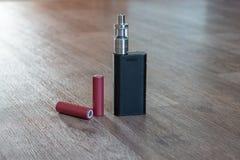 Elektroniska cigarettbatterys är en närbild Arkivfoton