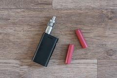 Elektroniska cigarettbatterys är en närbild Arkivbild