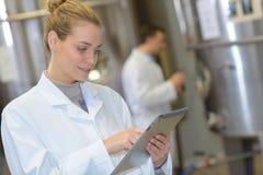 Elektroniska delar för produktion på den tekniskt avancerade fabriken Arkivfoto