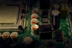 Elektroniska delar på en grön PCB royaltyfria bilder