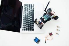 Elektroniska delar på geekarbetsplatsen, diy rcbil Royaltyfria Foton
