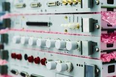Elektroniska enheter och elektroniska kort som staplas i en bunt Arkivfoto