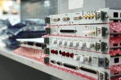 Elektroniska enheter och elektroniska kort som staplas i en bunt Royaltyfri Fotografi