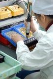 elektroniska fabriksarbetare Arkivfoto