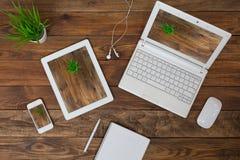Elektroniska grejer för svars- designtemaexempel på wood bakgrund Royaltyfri Fotografi