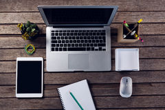 Elektroniska grejer och kontorstillförsel på trätabellen Arkivfoton