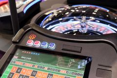 Elektroniska kasinorouletthjul och bildskärmar Arkivbild