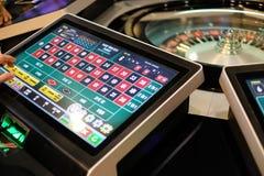 Elektroniska kasinorouletthjul och skärmar Arkivbild