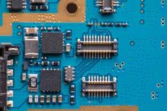 Elektroniska kontaktdon på pcb-bräde arkivbild