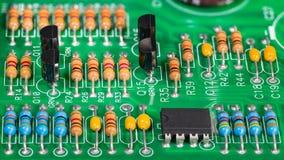 elektroniska kul?ra delar Motstånd transistorer, kondensatorer och integrerat - strömkrets på PCB royaltyfri bild