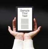 elektroniska kvinnlighänder för bok arkivbild