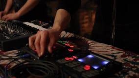 Elektroniska musiker arbetar i nattklubb arkivfilmer