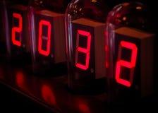 Elektroniska röda Digital Tid nummer i mörkret Arkivfoto