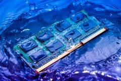 Elektroniskt begrepp för teknologicyber nedgång för CPU-RAMdator in i Arkivbilder