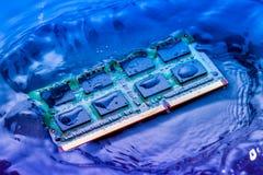 Elektroniskt begrepp för teknologicyber nedgång för CPU-RAMdator in i Arkivfoto