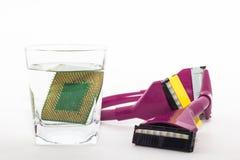 Elektroniskt begrepp för teknologicyber nedgång för CPU-RAMdator in i vattnet på vit bakgrund CPU som kyler med vatten Royaltyfria Foton