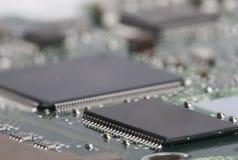 elektroniskt bräde Brädet presenterar beståndsdelar: chiper dioder, kondensatorer, kvävningar grunt djupfält arkivfoto