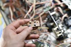 Elektroniskt bräde med chiper Arkivbild