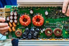 Elektroniskt bräde med olika beståndsdelar i manliga händer arkivbilder