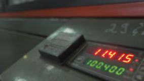 Elektroniskt digitalt rör för visartavlameterräknare Tillverkning av den plast- fabriken för vattenrör Process av danandeplast-rö lager videofilmer