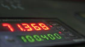 Elektroniskt digitalt rör för visartavlameterräknare Tillverkning av den plast- fabriken för vattenrör Process av danandeplast-rö stock video