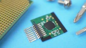 Elektroniskt grönt strömkretsbräde med mikrochipens och transistorer arkivfilmer