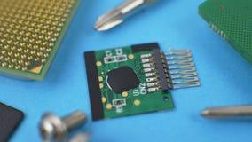 Elektroniskt gr?nt str?mkretsbr?de med mikrochipens och transistorer stock video