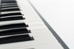 Elektroniskt pianotangentbord på vit bakgrund Royaltyfri Bild