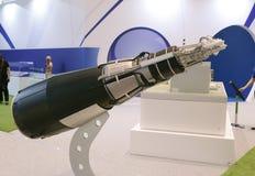 Elektronvapen - neutrongenerator på en utställning i Moskva arkivbild