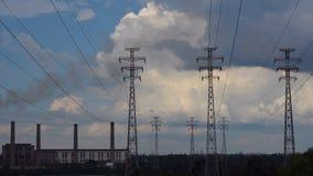 Elektropylonen met wolken stock videobeelden