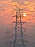 Elektropyloon en hoogspanningsmachtslijnen dichtbij transformatiepost bij Zonsopgang in Gurgaon Stock Afbeelding
