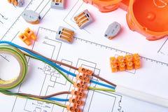 Elektroschakelaars met draden, kabeldoos en verschillende materialen die voor banen in elektriciteit worden gebruikt Vele hulpmid royalty-vrije stock afbeelding