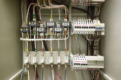 Elektroschakelbord, draad, automaat Elektro schild stock foto